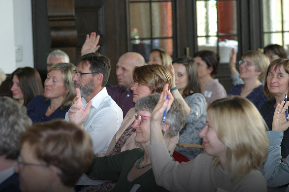 Publikum hört aufmerksam einem Vortrag zu